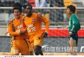 图文:[中超]天津1-1青岛 进球后的狂喜
