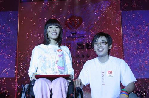 桑兰与大学生代表共同演唱一曲《微笑》