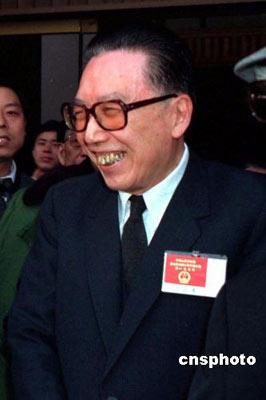 中国外交战线杰出的领导人,中国共产党第十二、十三届中央政治局委员、国务院原副总理、中国人民政治协商会议第八届全国委员会副主席吴学谦,因病医治无效,于2008年4月4日9时38分在北京逝世,享年87岁。资料图为1981年吴学谦等在人民大会堂出席活动。 中新社发 吕相友 摄