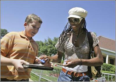 图文:大威廉姆斯携男友亮相 大威给球迷签名