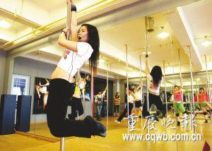 """吴老师的学生跳起""""芭蕾版钢管舞"""" 记者 吴子敬 摄"""