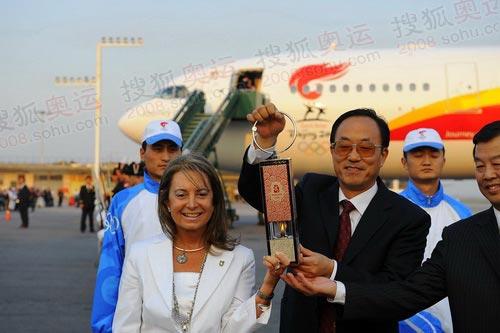 北京奥组委执行副主席刘敬民展示火种灯