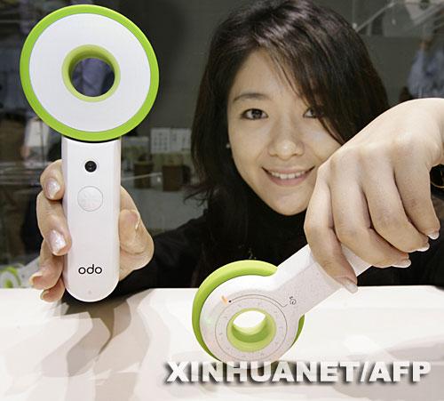 日本索尼公司的职员在东京展示无电池数码相机