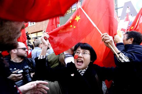 在美华人力挺北京奥运——激情澎湃的华人女子