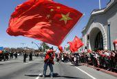 在美华人力挺北京奥运――海外华人挥舞红旗