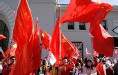 在美华人力挺北京奥运――众华人挥动五星红旗