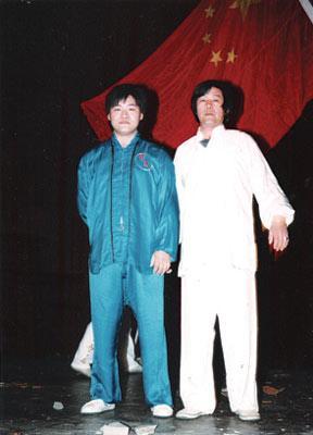 钱兰根(右)和儿子钱斌格每次演出都带着中国国旗