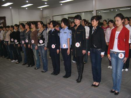 图片说明:比赛现场的女大学生们亭亭玉立。