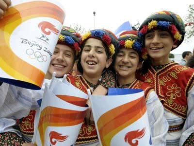 4月3日,身着民族服饰的伊斯坦布尔儿童等待观看圣火传递。当日,北京奥运会圣火传递活动将在土耳其伊斯坦布尔进行,这是北京奥运圣火境外传递第二站。[新华社图片]