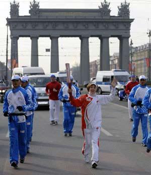 4月5日,火炬手、奥运会田径冠军卡赞金娜手持火炬传递。当日,北京奥运会圣火传递活动在俄罗斯圣彼得堡举行,这是北京奥运会圣火境外传递第三站。[新华社图片]