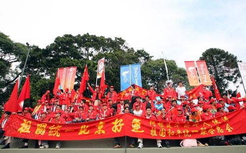 起跑仪式现场迎接圣火的华人