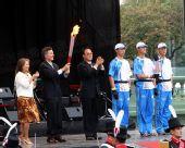 图文:火炬起跑仪式现场 布城市长接过火炬