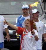 图文:奥运火炬手瓦妮娜在传递时竖起大拇指