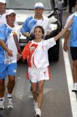 图文:奥运火炬手罗米纳手持火炬传递