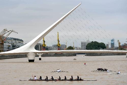 奥运火炬手在水上进行圣火传递(新华社记者安治平摄)