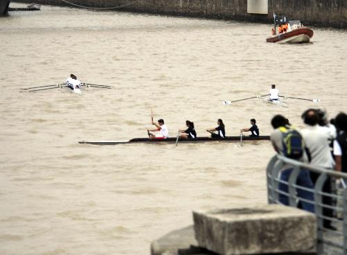 4月11日,奥运火炬手在水上进行圣火传递(新华社记者戚恒摄)