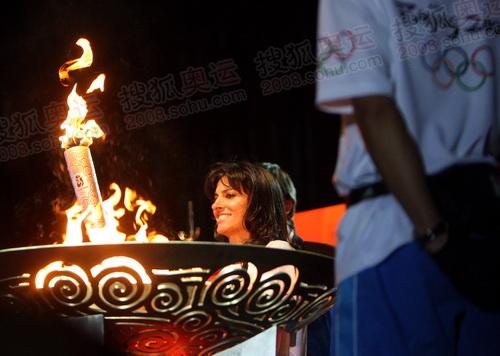 萨巴蒂妮手持火炬入场准备点燃圣火盆