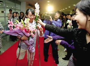 工作人员在向金晶献花。本报记者 张斌 摄