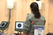 图文:女子10米气手枪比赛 中国选手胡军背影