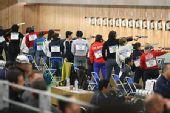 图文:女子10米气手枪比赛 众位选手一字排开