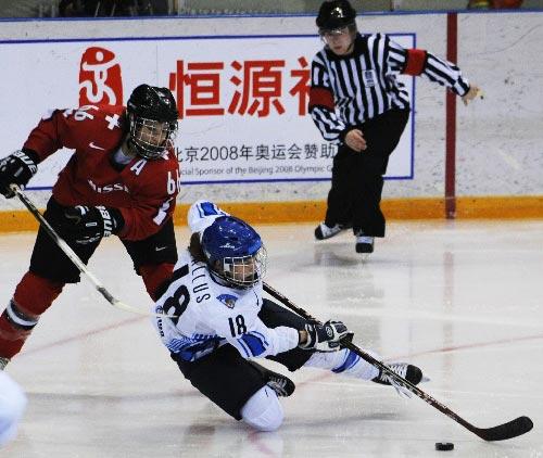图文:女冰世锦赛季军争夺战 芬兰队员积极拼抢