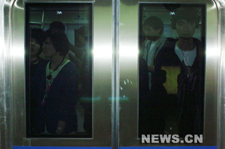 大批乘客正在等待下地铁。