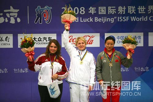 图文:女子10米气手枪决赛 领奖台上任洁不兴奋