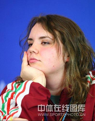 图文:女子10米气手枪决赛 亚军桑卡接受采访