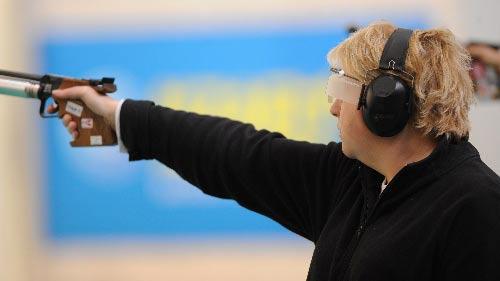 图文:女子10米气手枪决赛 法国枪手夺得冠军