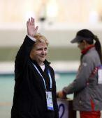 图文:女子10米气手枪决赛 法国选手夺冠致意