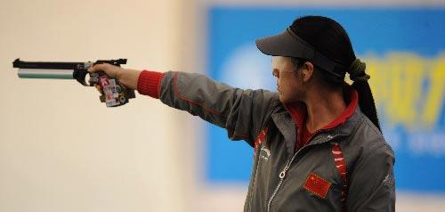 图文:女子10米气手枪决赛 任洁最后一枪失常