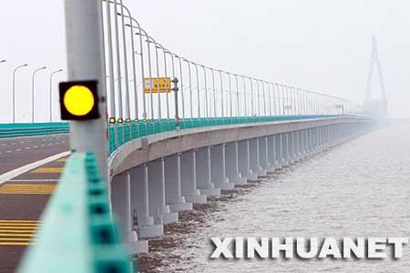 杭州湾跨海大桥是目前世界上最长的跨海大桥,将于2008年5月1日全线通车。大桥北起浙江省嘉兴市海盐县,跨越宽阔的杭州湾海域,止于宁波慈溪市,全长36公里。 新华社发(王建中 摄)
