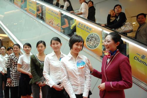 南航空姐鼓励即将参加空姐选拔的选手