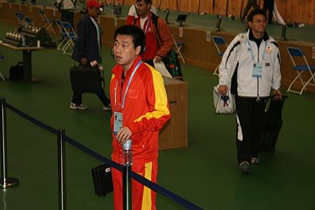 图文:男子10米气手枪 庞伟结束比赛