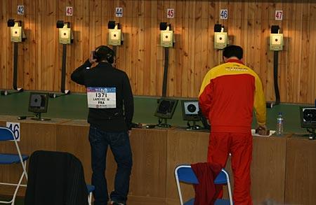 图文:男子10米气手枪 庞伟预赛结束