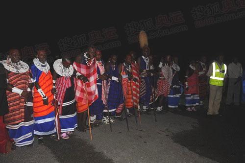 坦桑民众载歌载舞欢迎客人