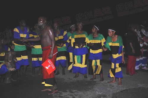 坦桑人民载歌载舞迎圣火