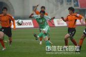 图文:[中超]武汉0-1北京 徐云龙大力射门瞬间
