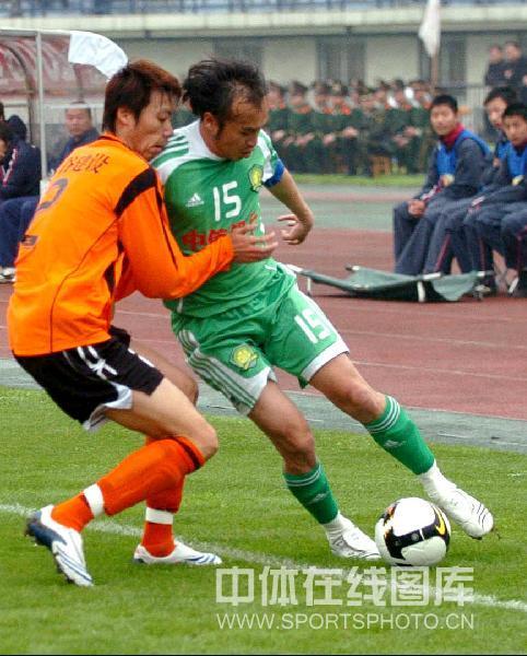 图文:[中超]武汉0-1北京 陶伟边路突破