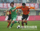 图文:[中超]武汉0-1北京 闫相闯带球突破