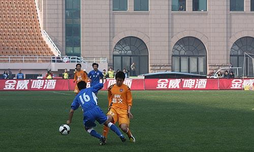图文:[中超]青岛0-0申花 刘健对决于涛