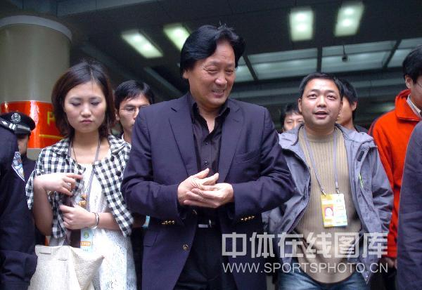 图文:朱广沪现身汉京战 与记者朋友合影