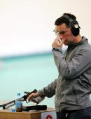 图文:[射击]男子10米气手枪 迪穆兰沉思后出枪