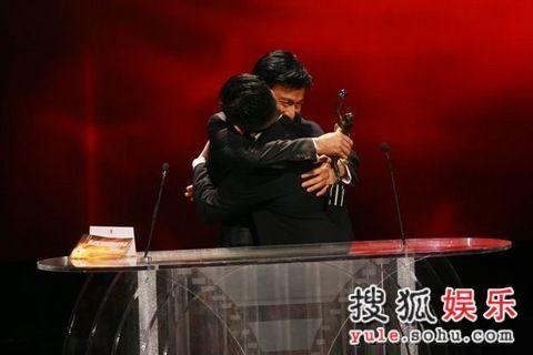图: 刘德华得奖后拥抱曾志伟