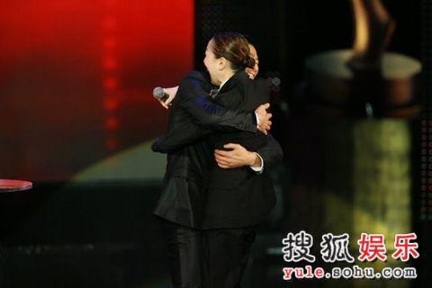 图: 刘德华发表获奖感言后 熊抱郑秀文