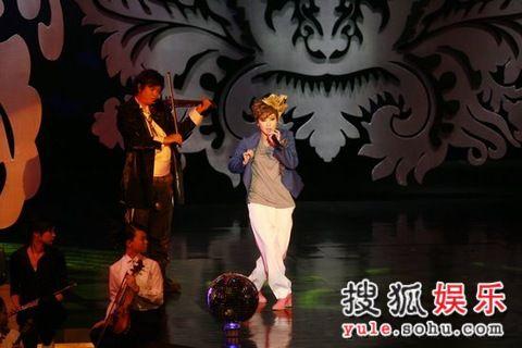 图:第27届香港电影金像奖现场-何韵诗登台表演