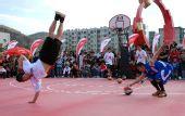 图文:特技篮球运动员在延安为市民表演