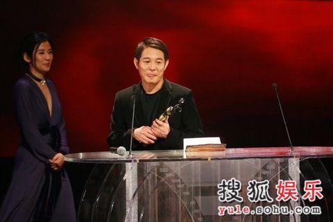 图:李连杰获影帝发表感言 引来热烈掌声