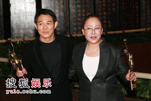 图:27届香港金像奖后台-斯琴高娃和李连杰