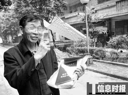 佛山禅城区花园二街24号住户、加装电梯发起人何伯在介绍他们加装电梯的情况。摄影 时报记者 萧嘉宁